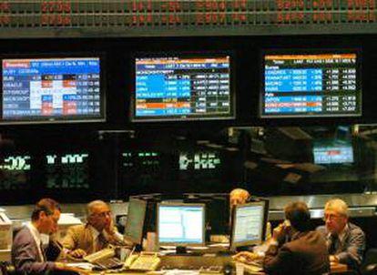 El índice Merval de Buenos Aires descendió 0,96 %, hasta las 5.658,04 unidades, con un volumen de negocios por 74,7 millones de pesos (9,4 millones de dólares). EFE/Archivo