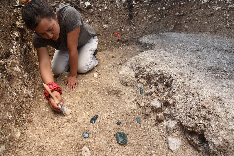 Melina García, una de las investigadoras, en Aguada Fénix buscando evidencias.