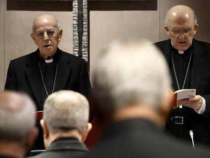 El presidente de la Conferencia Episcopal Española (CEE), Ricardo Blázquez, y el cardenal y arzobispo de Madrid, Carlos Osoro, durante la inauguración de la asamblea plenaria de los obispos en Madrid. En vídeo, declaraciones del secretario general de la CEE, Luis Argüello,.