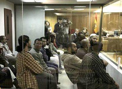 Los procesados por la Operación Nova, en la sala de vistas, en febrero pasado. Con gorro blanco, Abdelkrim Bensmail, uno de los absueltos.