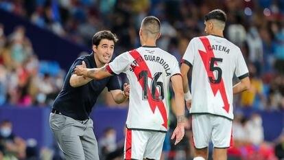 Andoni Iraola da instrucciones a Sergi Guardiola durante un partido