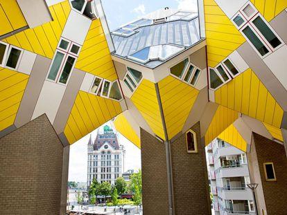 Las Casas Cubo, en Róterdam, son un ejemplo de estructuralismo arquitectónico europeo. Blom giró los ángulos entre pisos y paredes a 53,5 grados, de modo que unos cubos se apoyan sobre otros.