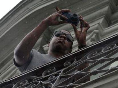 El rapero estadounidense Jay-Z, toma fotografías desde el balcón de su habitación en el Hotel Saratoga de La Habana (Cuba).