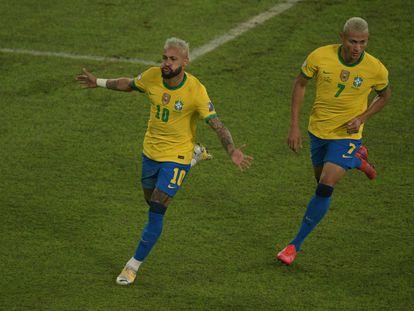 Neymar y Richarlison celebran el segundo gol de Brasil ante Perú.