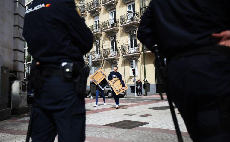 Agentes de la Policía Nacional durante el desalojo de un inmueble okupado en 2019.