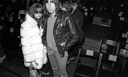 Johnny Ramone con su mujer Linda, exnovia de Joey Ramone, en la Semana de la Moda de Nueva York en 1994. Johnny y Joey dejaron de hablarse en 1981, cuando Joey descubrió la relación de Johnny y Linda.