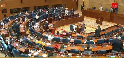 Reyero, sentado mientras miembros del equipo de Gobierno de Díaz Ayuso aplauden a Escudero, el consejero de Sanidad.