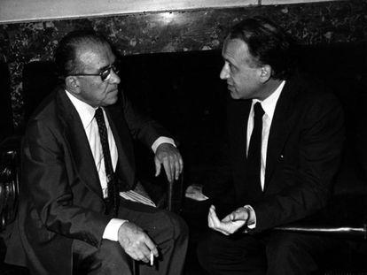Santiago Carrillo (PCE) y Xabier Arzalluz (PNV) conversan en el Congreso de los Diputados, el 19 de julio de 1978.