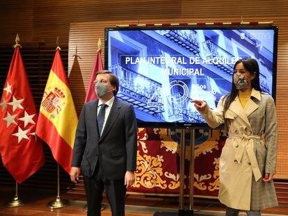 El alcalde de Madrid, José Luis Martínez-Almeida, y la vicealcaldesa, Begoña Villacís, durante la presentación del plan, el pasado lunes en Madrid.