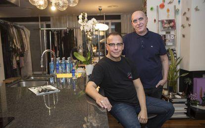 José Juan Rodríguez, izquierda, y Paco Casado, estilistas de moda, en su casa-estudio de Madrid.