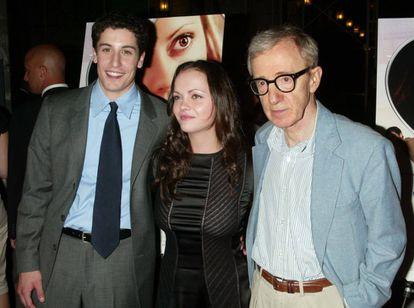 Christina Ricci con el actor Jason Biggs y el director Woody Allen en el estreno de 'Todo lo demás' (2003).