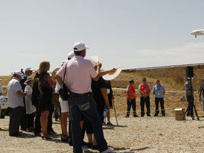 Familiares de las víctimas del accidente aéreo de Spanair, hoy en el lugar del accidente.
