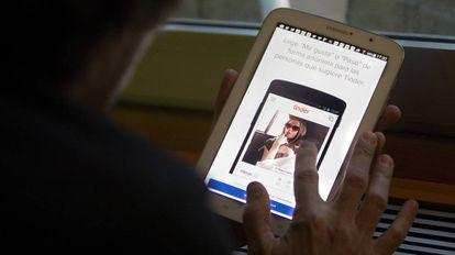 Un usuario se instala la aplicación de ligar Tinder.