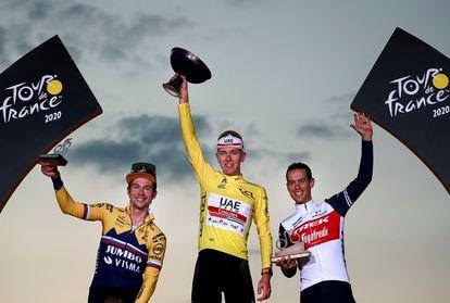 Podio del pasado Tour de Francia en los Campos Elíseos de París. De izquierda a derecha, Primoz Roglic, Tadej Pogacar y Rochie Porte.