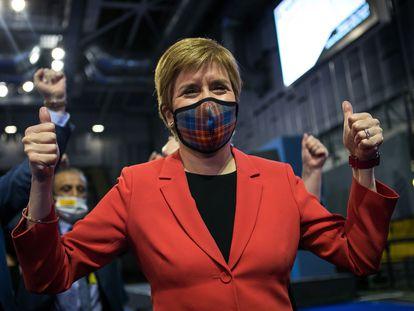 La ministra principal de Escocia y líder del SNP, Nicola Sturgeon, celebra este sábado su victoria en la circunscripción de Glasgow.