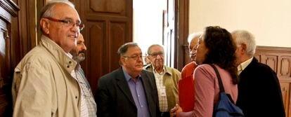 Miembros de la Comisión Cívica para la Recuperación de la Memoria Histórica, ante la sala del pleno de la Diputación de Alicante.