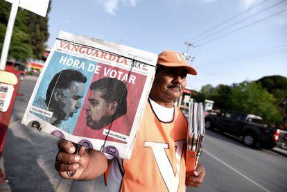 Un vendedor de periódicos en Coahuila muestra a los candidatos.