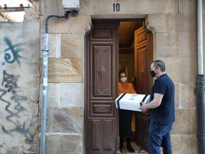 Marino García entrega a domicilio un pedido realizado desde la plataforma 'online' soriana.