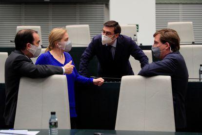 La portavoz municipal, Inmaculada Sanz, y el alcalde de Madrid, José Luis Martínez Almeida, durante el último pleno en el Palacio de Cibeles el 11 de abril.
