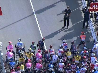 Froome, al frente del pelotón, dialoga con el director de la Vuelta.