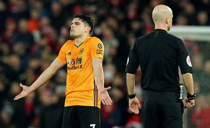 Neto protesta tras el gol anulado al Wolverhampton.