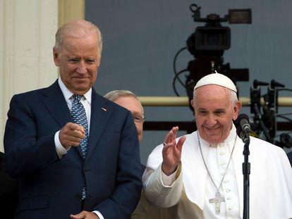 El papa Francisco, junto a Joe Biden, saluda desde el Capitolio durante su visita a EEUU en 2014.