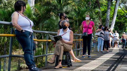 Varias personas hacen fila en un centro de salud mientras esperan ser vacunadas contra el covid-19 en San José, Costa Rica.