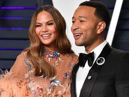 Chrissy Teigen y John Legend en la fiesta de Vanity Fair de los Oscar 2019, en California.