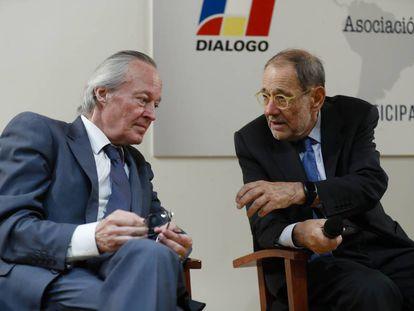 El exministro popular Josép Piqué (izquierda) escucha al exministro socialista Javier Solana.