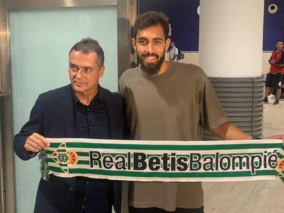 Borja Iglesias posa con Alexis Trujillo, secretario técnico del Betis.