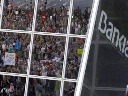 Protesta contra el rescate de la entidad, en el exterior de la sede de Bankia.