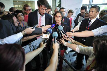 La ministra de Agricultura, Medio Rural y Marino, a su llegada a la reunión con sus homólogos europeos que tiene lugar hoy en la que están discutiendo las consecuencias de la propagación de la bacteria <i>E. coli</i>.