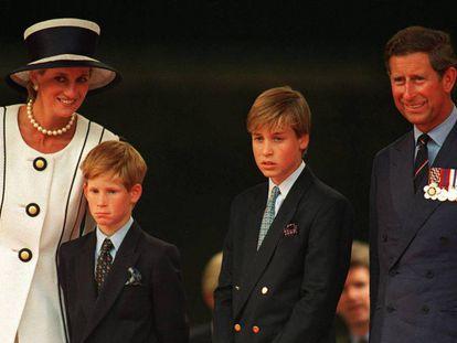 Diana de Gales y el principe Carlos, con sus hijos Guillermo y Enrique, en Londres a principios de los noventa.