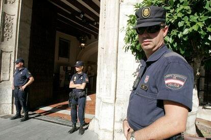 Policías nacionales a las puertas del Ayuntamiento de Orihuela, que ha sido registrado por orden del juez.