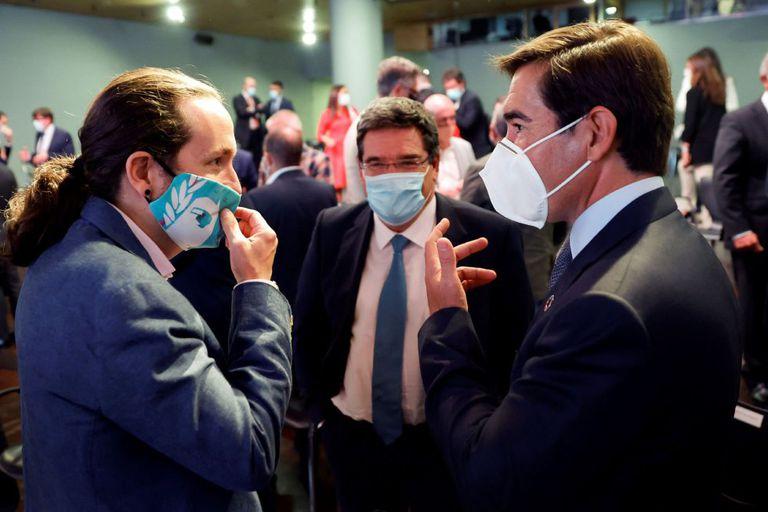 Iglesias conversa con el presidente del BBVA, Carlos Torres, junto con el ministro de Seguridad Social, José María Escrivá,  este lunes en Madrid.