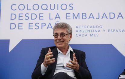 El empresario Hugo Sigman en el coloquio celebrado en la embajada de España en Buenos Aires.