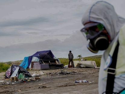 Raúl, un empleado municipal, realiza un trabajo de desinfección en la Cañada Real.
