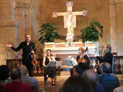 Baptiste Lopez, violín en mano, explica al público las características principales del Cuarteto op. 127 de Beethoven en la iglesia de Santo Stefano.