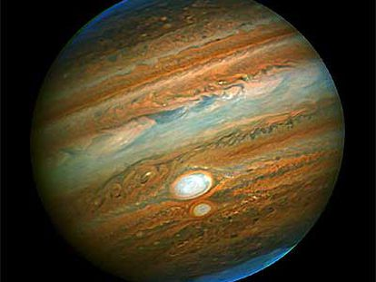 Imagen en infrarrojo (lo rojo se ve blanquecino) del encuentro de las tormentas de Júpiter, del telescopio <i>Gemini</i> (Hawai), el 14 de julio de 2006.