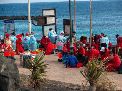 Un grupo de inmigrantes descansa tras llegar por sus propios medios a la playa de El Jablillo de Lanzarote, este martes.