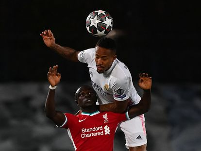 Militão supera en el salton a Mané en la ida de cuartos de Champions contra el Liverpool.