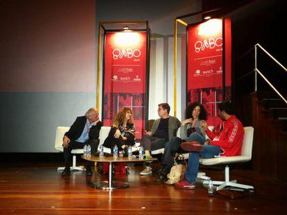 De izquierda a derecha, Álex Grijelmo, Gioconda Belli, Mario Jursich, Leila Guerriero y Renato Cisneros.