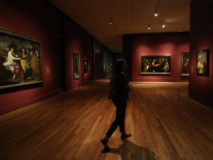Una mujer recorre la exposición 'Velázquez, Rembrandt, Vermeer. Miradas afines' en el Museo del Prado.