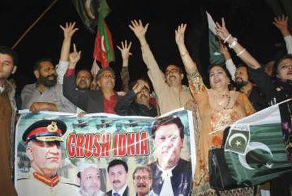Manifestantes paquistaníes gritan proclamas antiindias en Hyderabad, este martes.