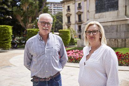 José Gimeno y María Furió posan en una plaza de Valencia.