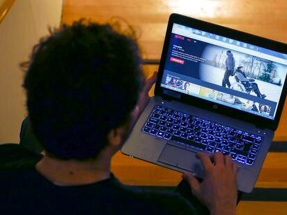 Un usuario de Netflix ve una película en un ordenador portátil.