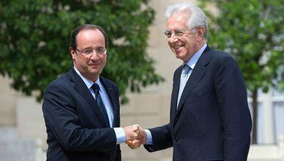 Hollande saluda a Monti a su llegada al El Elíseo.