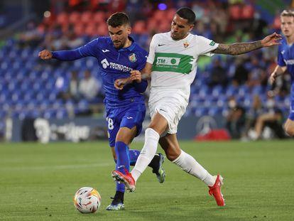 Mauro Arambarri y Omar Mascarell pugnan por el balón en el partido disputado en el Coliseum