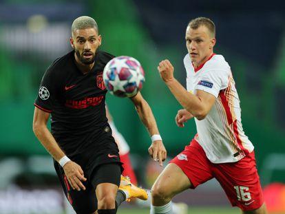 Carrasco y Klostermann disputan un balón esta noche en el Estadio José Alvalade.