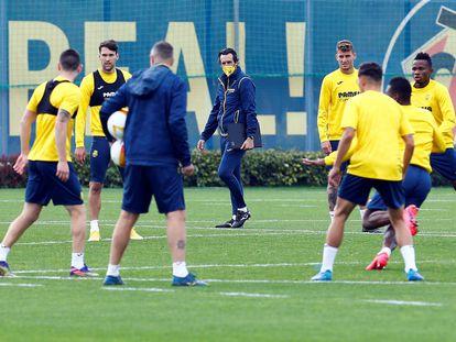 El entrenador del Villarreal, Unai Emery, en el centro, supervisa el entrenamiento de sus jugadores en la Ciutat Esportiva